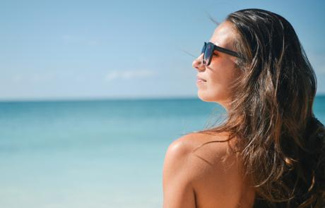 beach-brunette-girl-5360-900x600